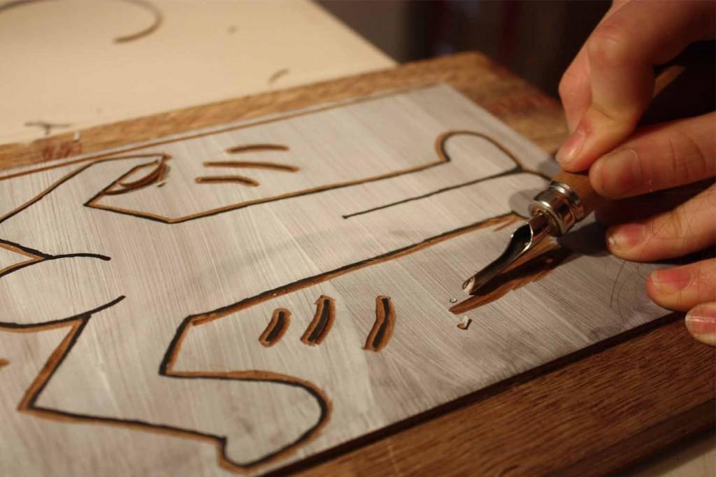 La plaque de linoléum est creusée pour faire apparaître en relief le motif.
