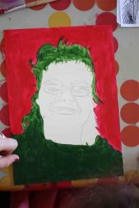 Une personne travaillant son portrait façon Andy Warhol.