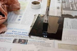 La plaque de zinc est recouverte d'un vernis.