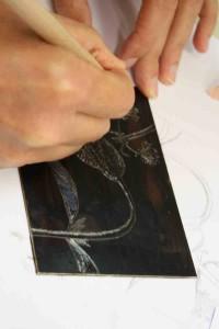 Une autre personne gravant sa plaque de zinc.