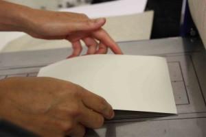La feuille de papier est placée dessus la plaque de zinc.