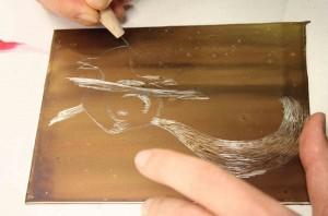 ²Agnès dessinant son écureuil sur sa plaque.